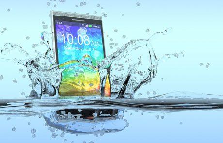 לכולנו זה יכול לקרות: המדריך השלם להתמודדות עם סמארטפון שנפל למים